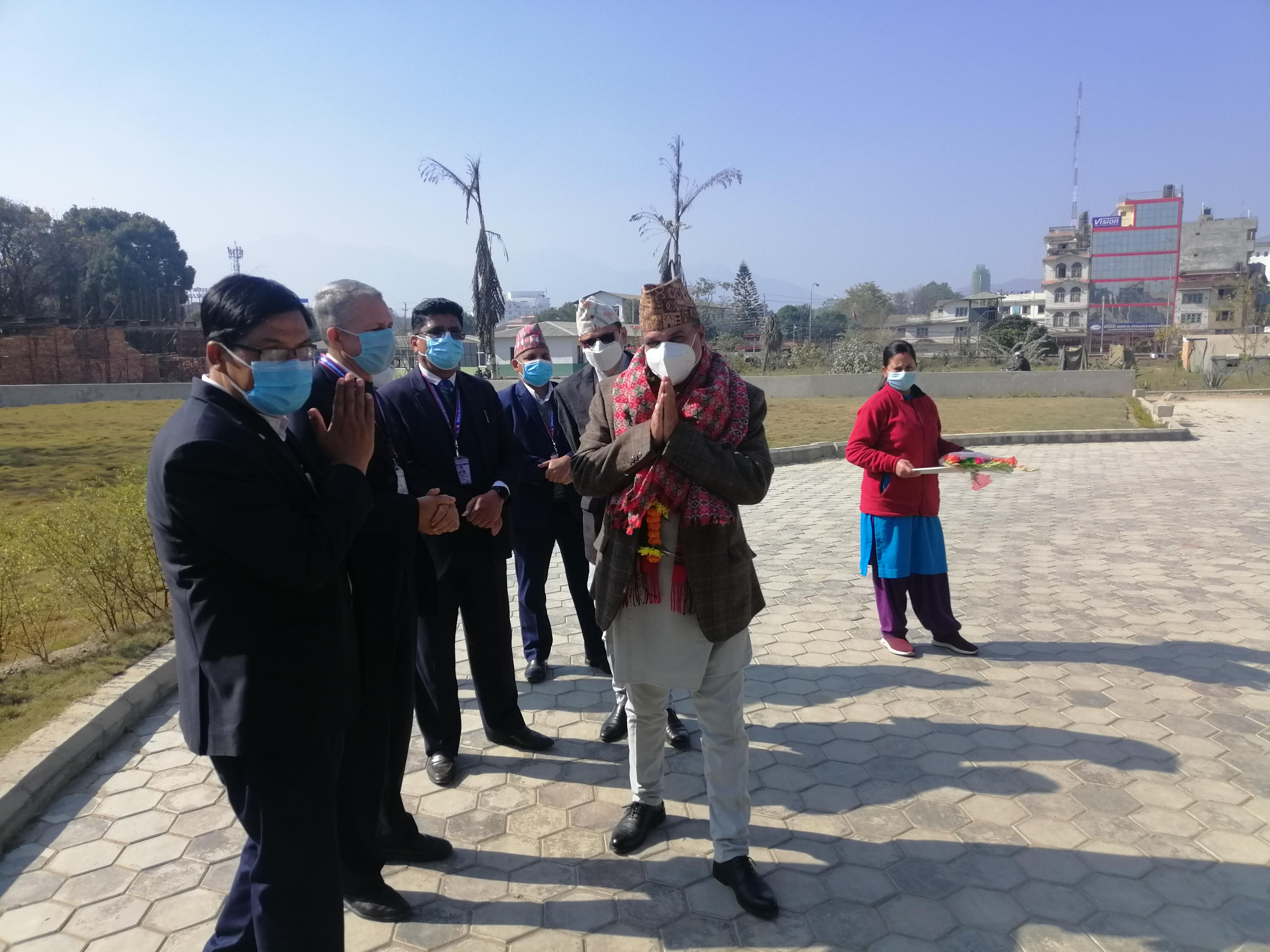 रा . पु . प्रा. का सचिव श्री सुरेश आचार्य ज्यू  लाई स्वागत गर्दै प्राधिकरणका कर्मचारी ।