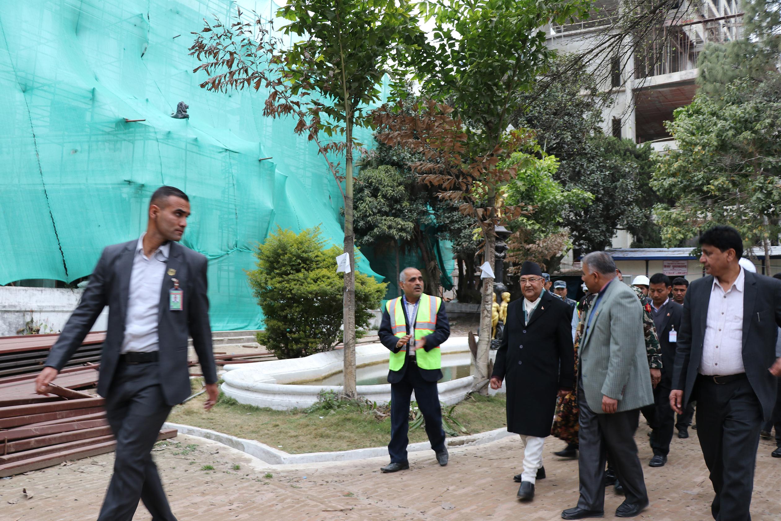 केशर महलको अवलोकन गर्नु हुँदै प्रधानमन्त्री केपी शर्मा ओली